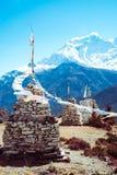 Το βουδιστικό stupa βράχου με την προσευχή σημαιοστολίζει το φύσηγμα στον αέρα στην περιοχή Manang της σειράς βουνών Annapurna, Ι Στοκ Φωτογραφίες