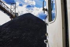 Το βουνό άνθρακα κοιτάζει από την πόρτα της βάρκας ρυμουλκών Στοκ Φωτογραφίες