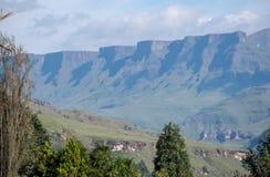 Το βουνό δώδεκα αποστόλων σε Sisonke που αγνοεί το πέρασμα Sani, ο αγροτικός βρώμικος δρόμος που συνδέει τη Νότια Αφρική και το Λ στοκ φωτογραφία με δικαίωμα ελεύθερης χρήσης
