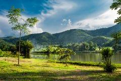 Το βουνό και ο ουρανός στο φράγμα, Supanburi στοκ εικόνα
