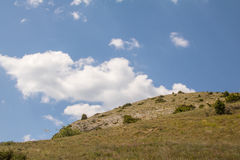 Το βουνό πετρών ενάντια στον ουρανό Στοκ Εικόνα