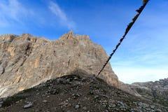 Το βουνό στο συνταγματάρχη Giralba και προσευχή σημαιοστολίζει στους δολομίτες Sexten, νότιο Τύρολο Στοκ Φωτογραφίες