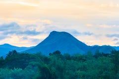 Το βουνό στο φως ηλιοβασιλέματος βραδιού για το υπόβαθρο χρησιμοποιούμενο Στοκ Εικόνα