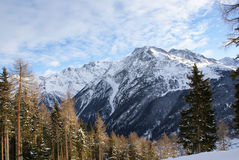 Το βουνό στο χιόνι, ουρανός με τα σύννεφα, χιόνι Στοκ φωτογραφίες με δικαίωμα ελεύθερης χρήσης