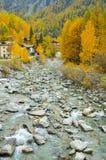 Το βουνό τρίζει το φθινόπωρο, εθνικό πάρκο Gran Paradiso, Ιταλία Στοκ Εικόνες