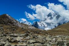 Το βουνό χιονιού και η νεφελώδης άποψη κοιλάδων σε Everest βασίζουν την οδοιπορία EBC στρατόπεδων στο Νεπάλ στοκ εικόνες