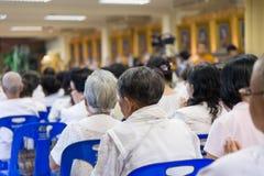 Το βουδιστικό θηλυκό συλλέγει για να ακούσει Dhamma Στοκ φωτογραφία με δικαίωμα ελεύθερης χρήσης