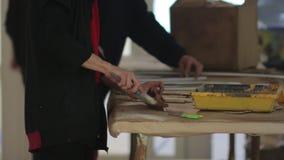 Το βούρτσισμα το ξύλο απόθεμα βίντεο