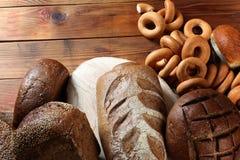 Το βούτυρο με το ψωμί απομόνωσε το άσπρο υπόβαθρο Στοκ Φωτογραφίες