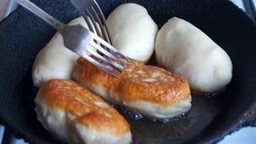 Το βούλωμα κτυπά patties, τα οποία είναι τηγανισμένα σε ένα τηγάνι αγροτικό απόθεμα βίντεο