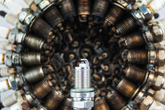 Το βούλωμα σπινθήρων σε ένα υπόβαθρο των χρησιμοποιημένων βουλωμάτων σπινθήρων τακτοποίησε σε έναν κύκλο στοκ εικόνα με δικαίωμα ελεύθερης χρήσης