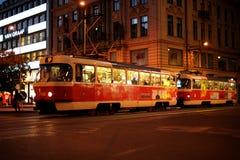 Το βράδυ Πράγα, τραμ περνά από το Vatslavsky α Στοκ φωτογραφία με δικαίωμα ελεύθερης χρήσης