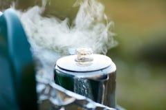 Το βράσιμο στον ατμό ανοξείδωτο κλέβει το δοχείο καφέ σε έναν καυστήρα στοκ εικόνα