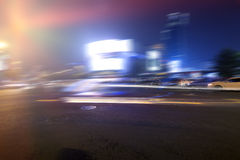 Το βράδυ, τα οδικά ελαφριά ίχνη πόλεων Στοκ Φωτογραφίες