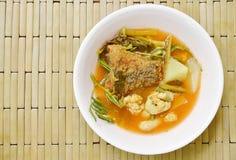 Το βρασμένο μικτό φυτικό κάλυμμα τηγάνισε τα ψάρια και το αυγό στην ταϊλανδική πικάντικη σούπα στο κύπελλο Στοκ εικόνες με δικαίωμα ελεύθερης χρήσης