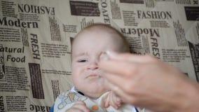 Το βρώμικο πρόσωπο του παιδιού που δεν θέλει τρώει σε σε αργή κίνηση φιλμ μικρού μήκους
