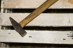 Το βρώμικο σύνολο εργαλείων χεριών στο παλαιό οξυδωμένο μέταλλο φύλλων, προσθέτει το κείμενό σας Στοκ Φωτογραφίες