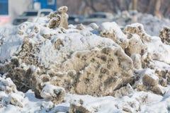 Το βρώμικο χιόνι λειώνει Το χιόνι ρίχνεται από το δρόμο Ο ήλιος πνίγει το χιόνι Στοκ φωτογραφίες με δικαίωμα ελεύθερης χρήσης