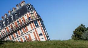 Το βυθίζοντας σπίτι σε Montmartre Παρίσι Στοκ εικόνα με δικαίωμα ελεύθερης χρήσης
