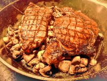 το βόειο κρέας που ψήνετα στοκ εικόνες