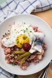 Το βόρειο γερμανικό Αμβούργο Labskaus είναι ανοικτό μια λιχουδιά με το παστό βοδινό, τις πατάτες, τα παντζάρια, τα παστωμένα αγγο στοκ φωτογραφία με δικαίωμα ελεύθερης χρήσης