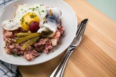 Το βόρειο γερμανικό Αμβούργο Labskaus είναι ανοικτό μια λιχουδιά με το παστό βοδινό, τις πατάτες, τα παντζάρια, τα παστωμένα αγγο στοκ φωτογραφίες