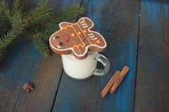 Το γάλα με την κανέλα σε μια διαφανή κούπα, βάφλες, κέικ, έδεσε με την κορδέλλα Χριστουγέννων, Στοκ Φωτογραφίες