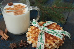 Το γάλα με την κανέλα σε μια διαφανή κούπα, βάφλες, κέικ, έδεσε με την κορδέλλα Χριστουγέννων, γλυκάνισο Στοκ φωτογραφίες με δικαίωμα ελεύθερης χρήσης