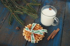 Το γάλα με την κανέλα σε μια διαφανή κούπα, βάφλες, κέικ, έδεσε με την κορδέλλα Χριστουγέννων, γλυκάνισο Στοκ εικόνες με δικαίωμα ελεύθερης χρήσης