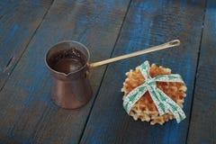 Το γάλα με την κανέλα σε μια διαφανή κούπα, βάφλες, κέικ, έδεσε με την κορδέλλα Χριστουγέννων, γλυκάνισο Στοκ Φωτογραφία