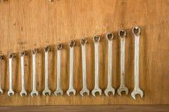 Το γαλλικό κλειδί, συνδυάζει το γαλλικό κλειδί μεγάλο σε μικρό στο grarage τοίχων Στοκ Φωτογραφίες