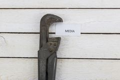 Το γαλλικό κλειδί σωλήνων συμπιέζει τα μέσα Στοκ φωτογραφία με δικαίωμα ελεύθερης χρήσης