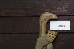 Το γαλλικό κλειδί σωλήνων συμπιέζει τα μέσα Στοκ εικόνες με δικαίωμα ελεύθερης χρήσης