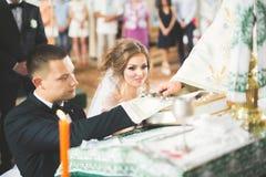 Το γαμήλιο ζεύγος περιμένει και ο νεόνυμφος παντρεύεται σε μια εκκλησία Στοκ εικόνες με δικαίωμα ελεύθερης χρήσης