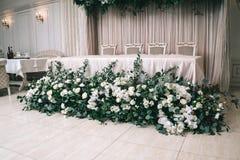 Το γαμήλιο ντεκόρ, εξαρτήματα, ορχιδέες, τριαντάφυλλα, ευκάλυπτος, μια ανθοδέσμη σε ένα εστιατόριο, προεδρεύει της επιτραπέζιας ρ στοκ εικόνες με δικαίωμα ελεύθερης χρήσης