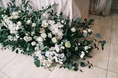 Το γαμήλιο ντεκόρ, εξαρτήματα, ορχιδέες, τριαντάφυλλα, ευκάλυπτος, μια ανθοδέσμη σε ένα εστιατόριο, προεδρεύει της επιτραπέζιας ρ στοκ φωτογραφίες