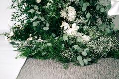 Το γαμήλιο ντεκόρ, εξαρτήματα, ορχιδέες, τριαντάφυλλα, ευκάλυπτος, μια ανθοδέσμη σε ένα εστιατόριο, προεδρεύει της επιτραπέζιας ρ στοκ φωτογραφίες με δικαίωμα ελεύθερης χρήσης