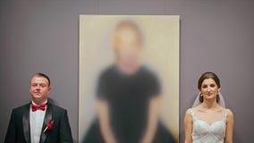 Το γαμήλιο ζεύγος κοιτάζει ο ένας στον άλλο απόθεμα βίντεο