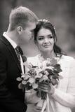 Το γαμήλιο ζεύγος υπαίθρια αγκαλιάζει το ένα το άλλο Όμορφο πρότυπο κορίτσι στο άσπρο φόρεμα Άτομο στο κοστούμι Νύφη ομορφιάς με  Στοκ φωτογραφία με δικαίωμα ελεύθερης χρήσης