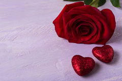 Το γαμήλιο υπόβαθρο με σκούρο κόκκινο αυξήθηκε και ακτινοβολεί καρδιές Στοκ Εικόνες