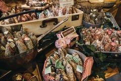 Το γαστρονομικά σαλάμι και τα λουκάνικα σε μια αγορά χρονοτριβούν στην αγορά δήμων, Λονδίνο Στοκ φωτογραφίες με δικαίωμα ελεύθερης χρήσης