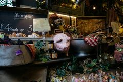 Το γαστρονομικά σαλάμι και τα λουκάνικα σε μια αγορά χρονοτριβούν στην αγορά δήμων, Λονδίνο Στοκ εικόνες με δικαίωμα ελεύθερης χρήσης