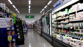 Το γαλακτοκομείο και ο διάδρομος τροφίμων μέσα εκτός από στα τρόφιμα απόθεμα βίντεο