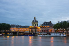 Το γαλλικό ίδρυμα και ο ποταμός του Σηκουάνα τη νύχτα Στοκ φωτογραφία με δικαίωμα ελεύθερης χρήσης