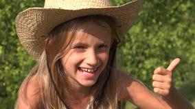 Το γελώντας παιδί παρουσιάζει αντίχειρες επάνω υπαίθριους στη φύση, καλό σημάδι 4K εργασίας πορτρέτου κοριτσιών απόθεμα βίντεο