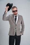 το γενειοφόρο άτομο αυξάνει το καπέλο του και που χαιρετά Στοκ Εικόνες