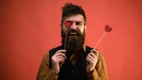 Το γενειοφόρο άτομο καλύπτει τα μάτια του με τις καρδιές και παρουσιάζει διάφορες συγκινήσεις Αγάπη του γενειοφόρου ατόμου σε ένα απόθεμα βίντεο