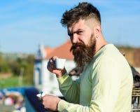 Το γενειοφόρο άτομο με την κούπα espresso, πίνει τον καφέ Το άτομο με τη γενειάδα και mustache στο ακριβές πρόσωπο πίνει τον καφέ Στοκ εικόνα με δικαίωμα ελεύθερης χρήσης