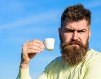 Το γενειοφόρο άτομο με την κούπα espresso, πίνει τον καφέ Το άτομο με τη γενειάδα και mustache στο ακριβές πρόσωπο πίνει τον καφέ Στοκ φωτογραφία με δικαίωμα ελεύθερης χρήσης