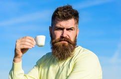 Το γενειοφόρο άτομο με την κούπα espresso, πίνει τον καφέ Το άτομο με τη γενειάδα και mustache στο ακριβές πρόσωπο πίνει τον καφέ Στοκ εικόνες με δικαίωμα ελεύθερης χρήσης